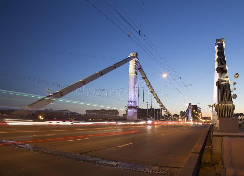 De Krymskybrug of de Krimbrugnacht zijn een staalhangbrug in Moskou, Rusland royalty-vrije stock afbeeldingen