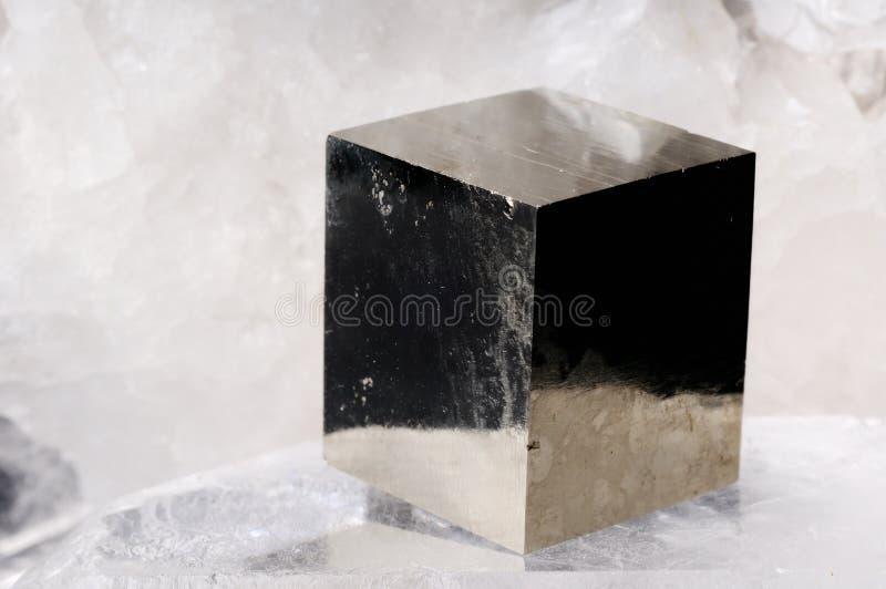 De kubuskristal van het pyriet stock foto's