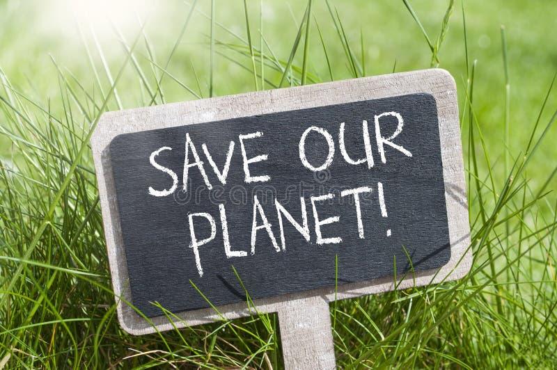 De kubussen, dobbelen en zwart bord met sparen onze planeet en gaan groen royalty-vrije stock foto