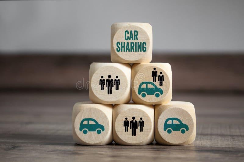 De kubussen en dobbelen met auto het delen stock afbeelding