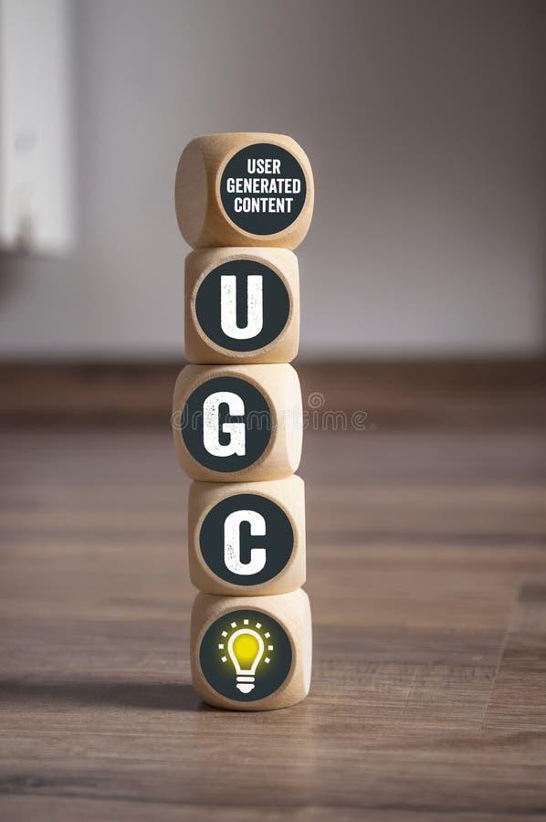 De kubussen en dobbelen met de geproduceerde inhoud van UGC Gebruiker royalty-vrije stock fotografie