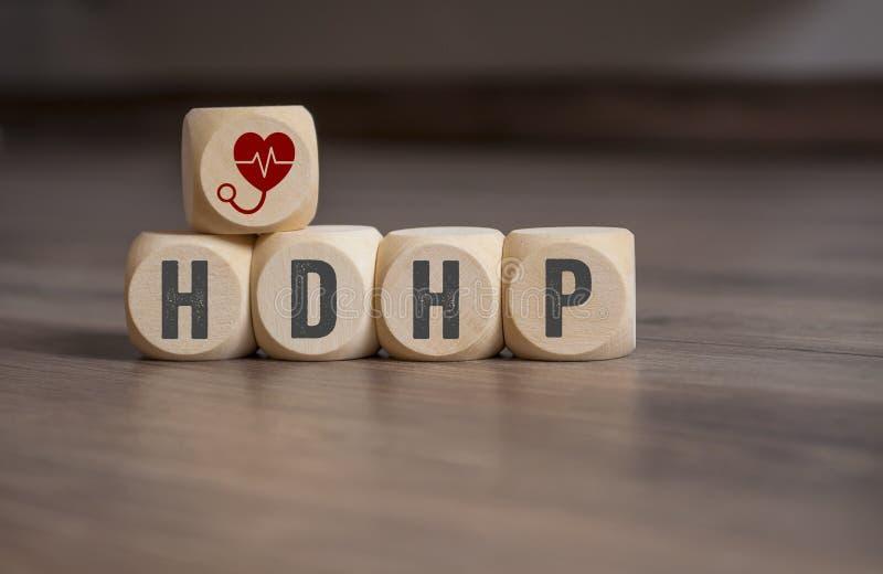 De kubussen en dobbelen met hoog-aftrekbaar de gezondheidsplan van HDHP stock foto's