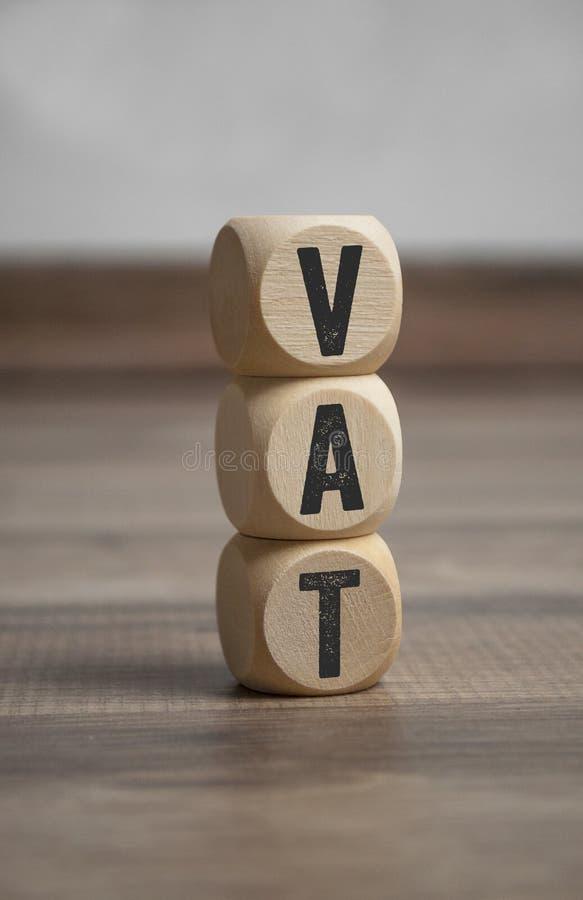 De kubussen en dobbelen met vatbelasting op de toegevoegde waarde stock foto