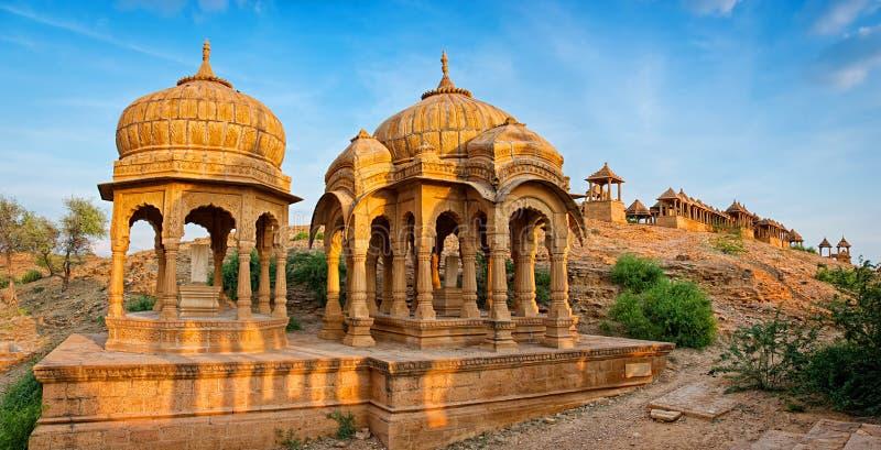 De kungliga cenotafierna av historiska linjaler på Bada Bagh i Jaisalmer, Rajasthan, Indien arkivbilder