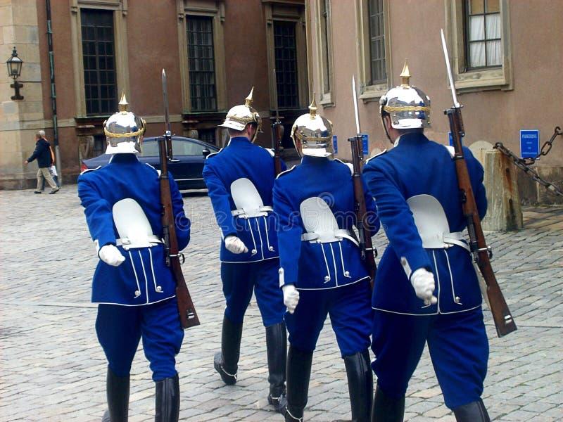 De kungliga vakterna som marscherar nära Royal Palace i Stockholm, Sverige royaltyfria foton