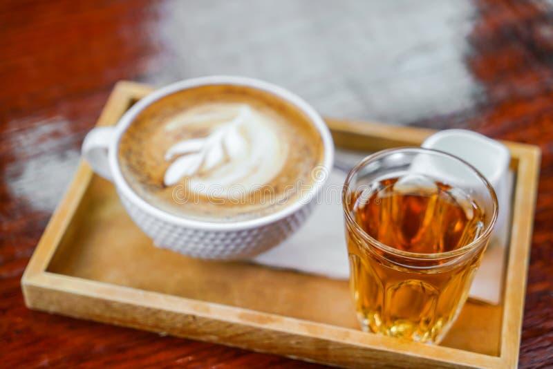 De kunst van de Lattekoffie op de houten lijst stock afbeelding