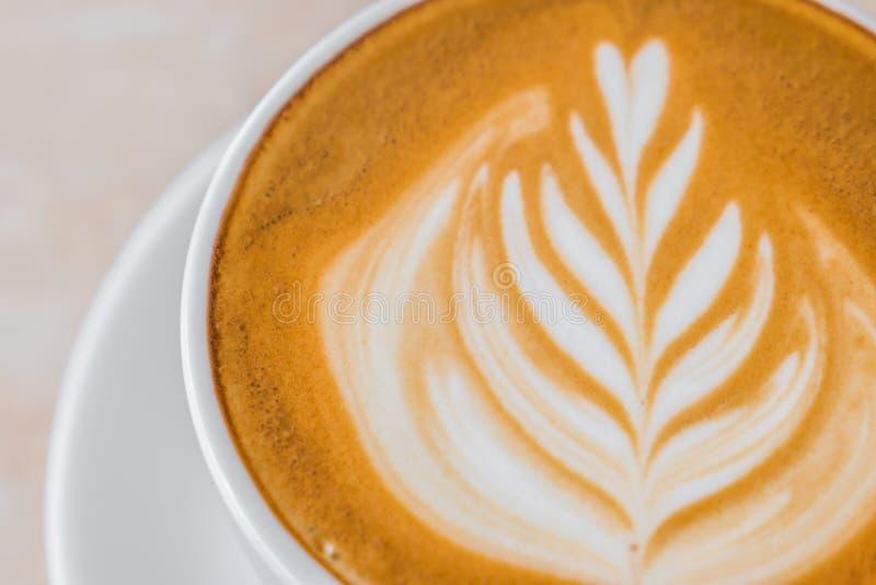 De kunst van de Lattekoffie op de lijst stock afbeeldingen