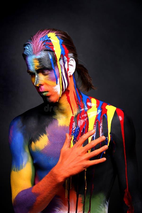 De Kunst van het portretlichaam van een Mens met Holi-Kleuren wordt geschilderd die royalty-vrije stock fotografie