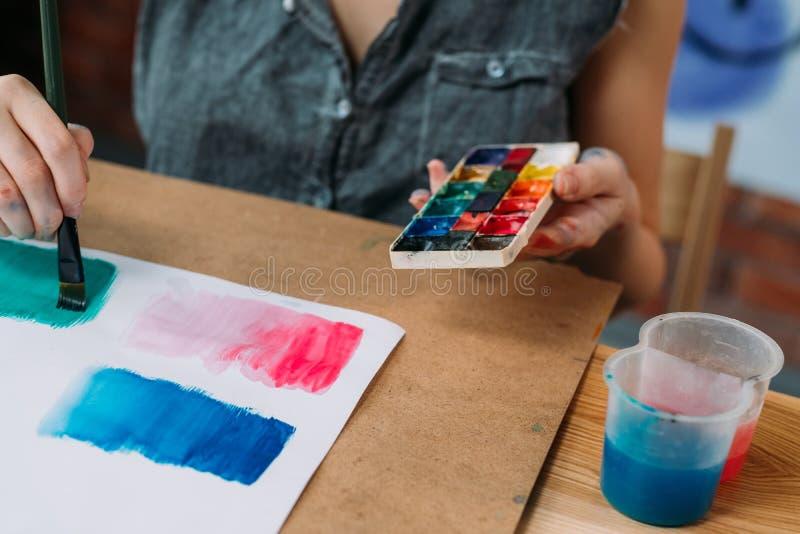 De kunstenaar die van de hobbycreativiteit abstract kunstwerk schilderen stock foto