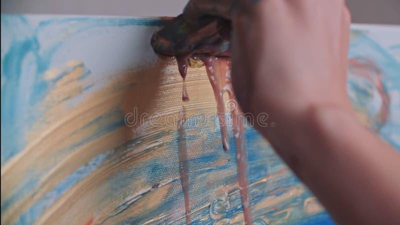 De kunstenaar schildert een beeld van olieverfborstel royalty-vrije stock foto's