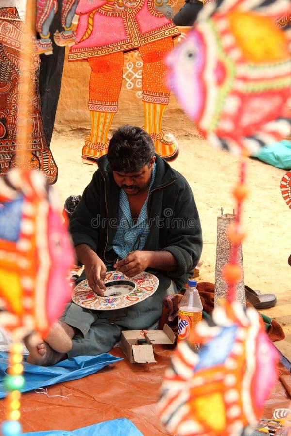 De kunstenaar van ambachten in Surajkund, India stock foto