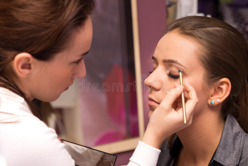 De kunstenaar van de make-up op het werk royalty-vrije stock afbeelding