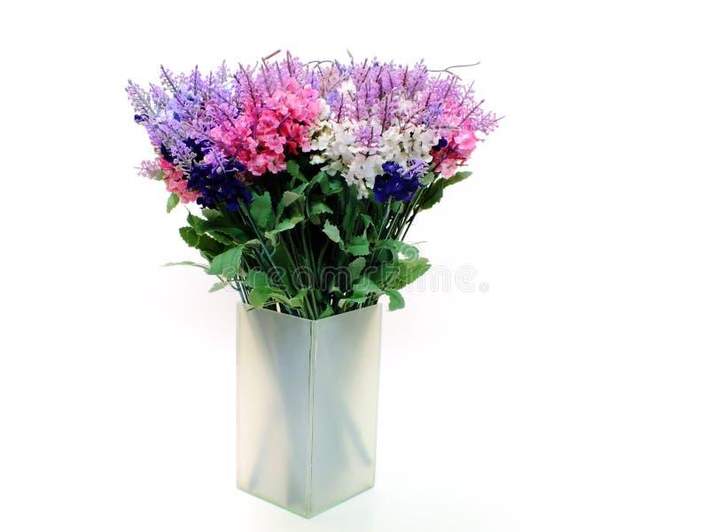 De kunstmatige die lavendel bloeit boeket op witte achtergrond wordt geïsoleerd stock foto