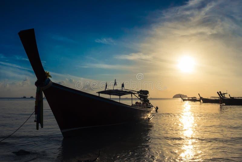 De kunsttoon, zachte nadruk en silhouetteert een boot op het overzees met zonsondergang royalty-vrije stock fotografie