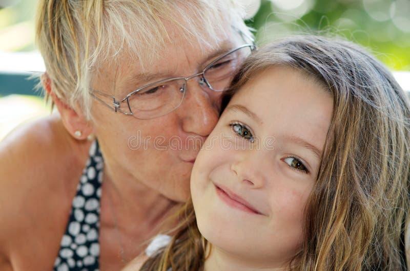 De kus van de grootmoeder stock foto