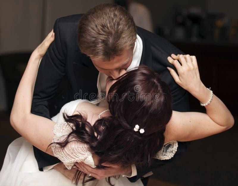 De kus van de huwelijksdans stock fotografie