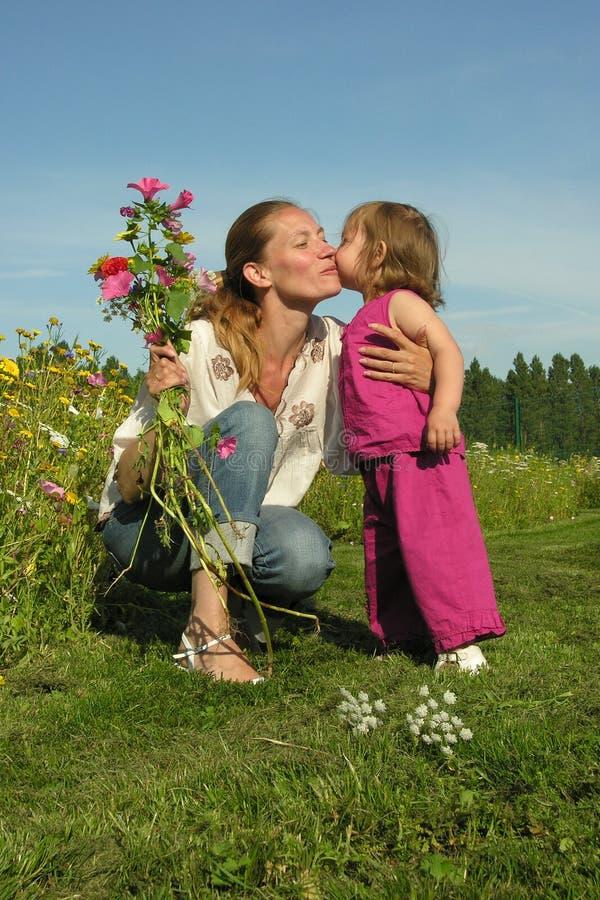 De kus van de moeder stock foto