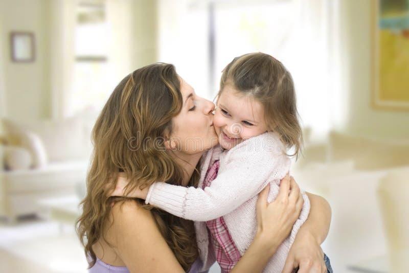 De kus van de moeder royalty-vrije stock fotografie