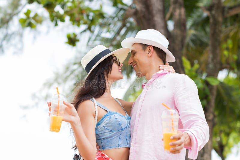 De Kus van het Attracivepaar over Overzeese Landschaps Achtergrond Jonge Toeristenman en van de Vrouw Minnaars op Vakantie stock fotografie