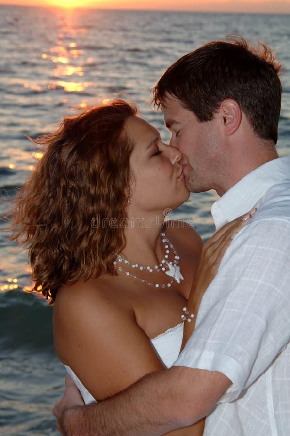 De kus van het het huwelijkspaar van het strand royalty-vrije stock foto's