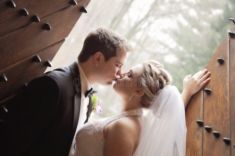De kus van het huwelijk stock fotografie