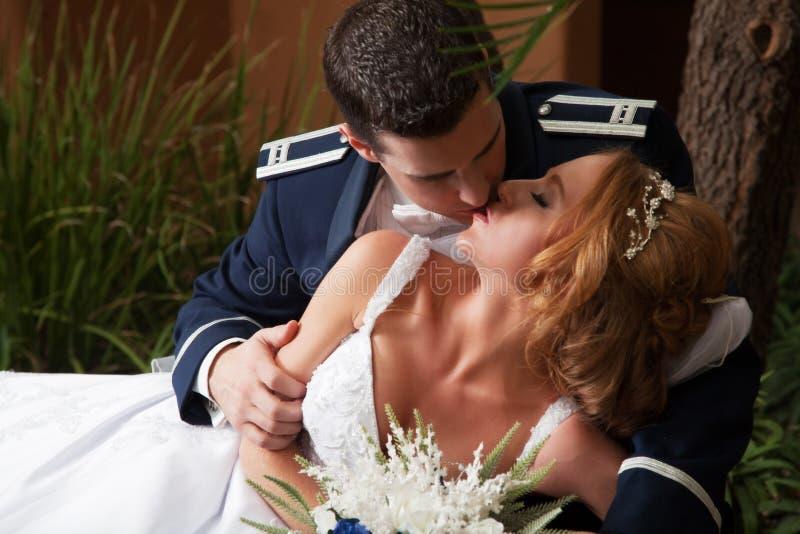 De Kus van het jonggehuwdepaar stock foto
