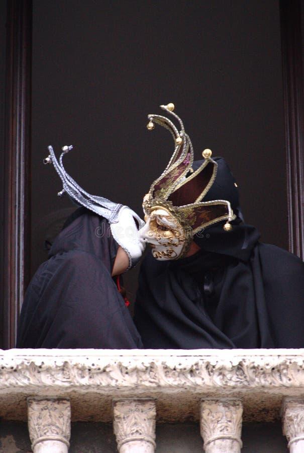 De kus van de maskers in Venetië Carnaval stock foto's