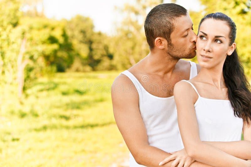 De kussen van de man binnen op wangvrouw royalty-vrije stock afbeelding