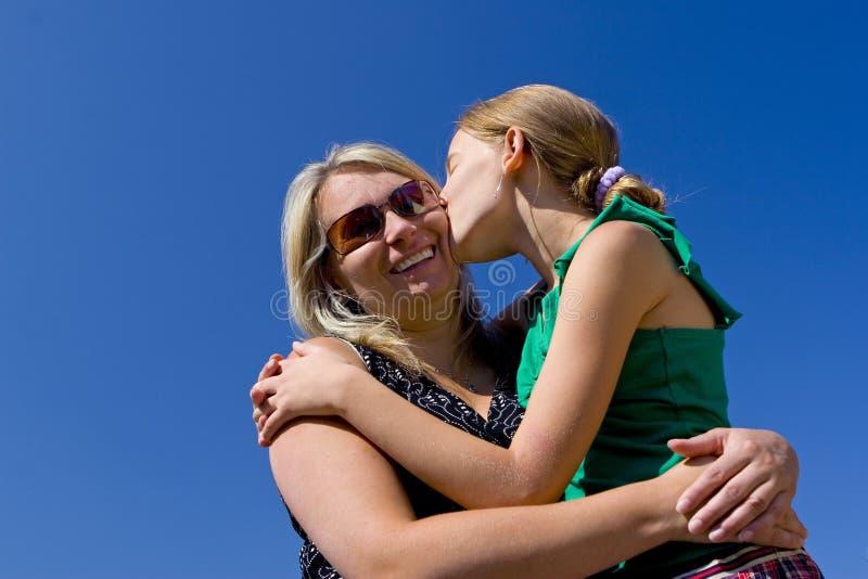 De kussende moeder van het meisje stock foto