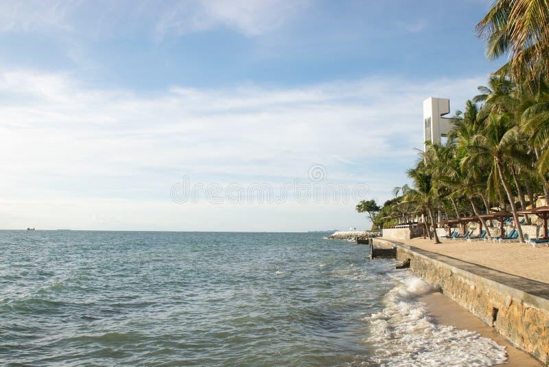 De kust en de blauwe hemel stock fotografie