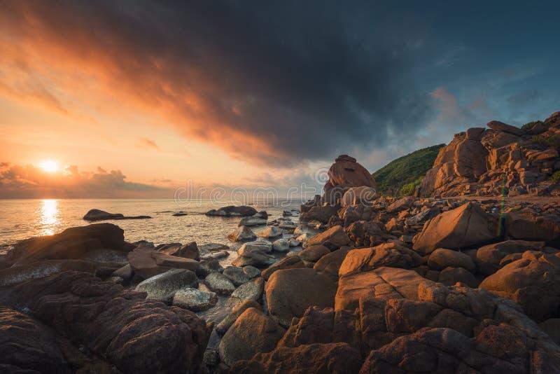 De kust en de rooskleurige wolken bij zonsopgang stock fotografie