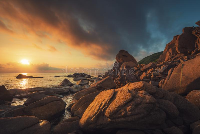 De kust en de rooskleurige wolken bij zonsopgang royalty-vrije stock foto's