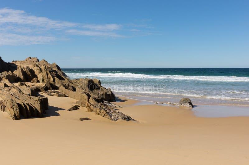 De kust met allebei maakt natuurlijk glad en Rocky Surfaces stock afbeelding