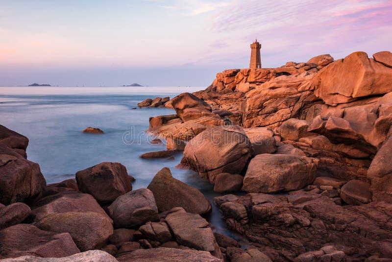 De kust van de Atlantische Oceaan in Bretagne dichtbij Ploumanach, Frankrijk stock fotografie