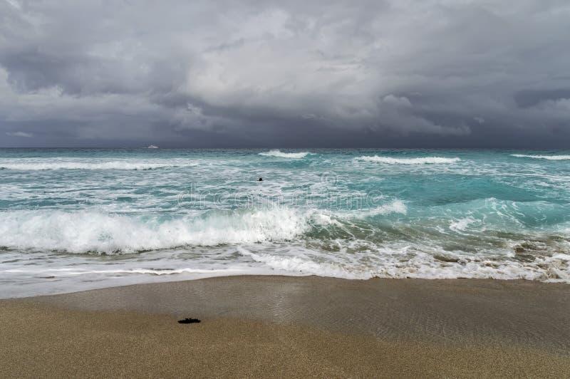 De kust van de Atlantische Oceaan tijdens een onweer royalty-vrije stock afbeelding