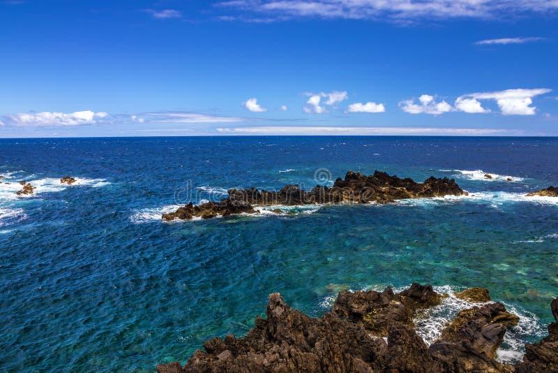 De kust van de Atlantische Oceaan, het eiland van Madera, Porto Moniz, Portugal royalty-vrije stock afbeelding