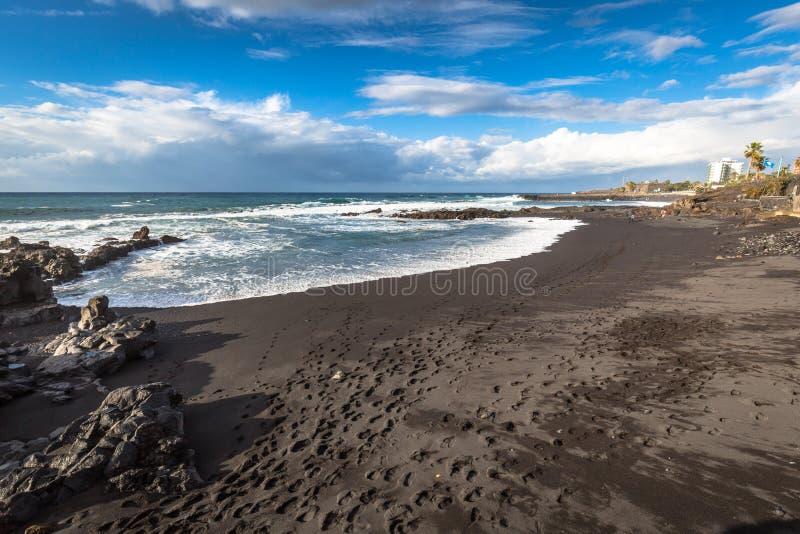 De kust van de Atlantische Oceaan in Puerto de la Cruz, één van mos stock foto