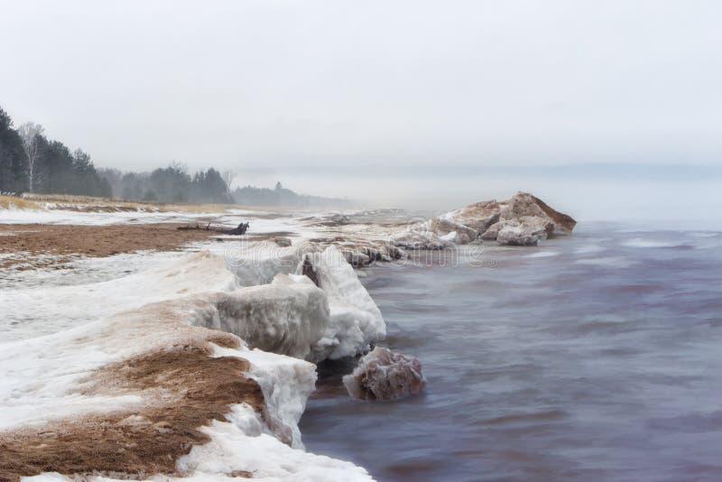 De Kust van de sneeuw bij de Meerdere van het Meer royalty-vrije stock fotografie