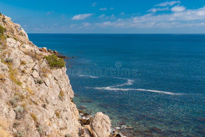 De kust van de Zwarte Zee bij lentetijd stock afbeeldingen