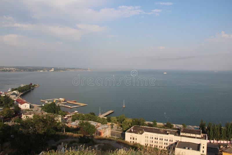 De kust van de Zwarte Zee in Yalta van de hoogte van vogelvlucht royalty-vrije stock foto