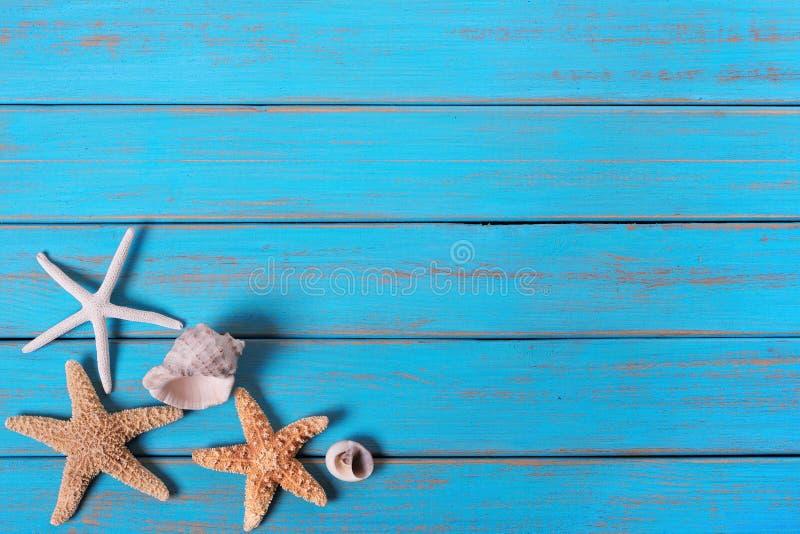 De kust van het de achtergrond zomerstrand zeester het blauwe oude houten verf peeeling stock foto