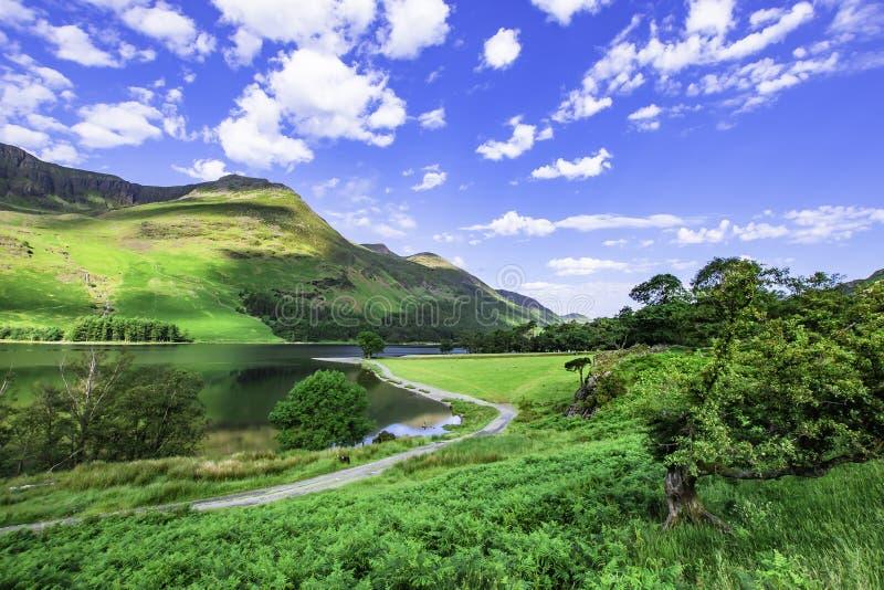 De kust van het bergmeer in landelijke Cumbria, het UK royalty-vrije stock fotografie