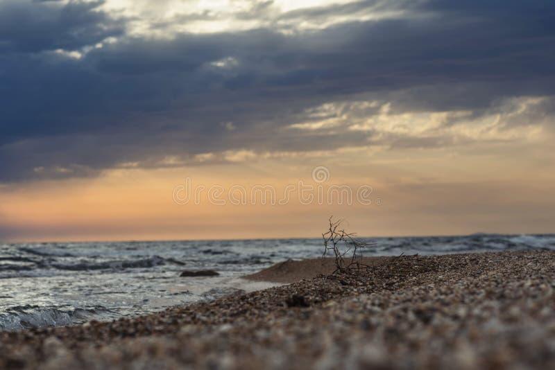 De kust van het Griekse eiland in stormachtig weer Het ` s die op de horizon regenen stock afbeelding
