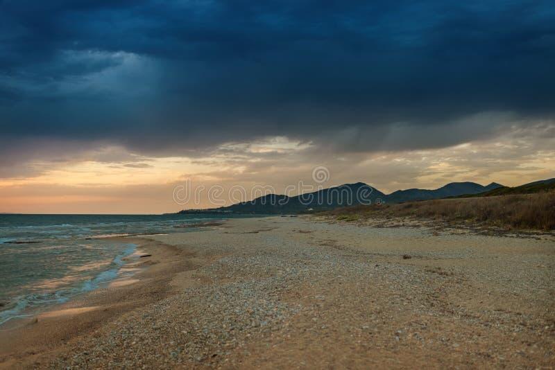 De kust van het Griekse eiland in stormachtig weer Het ` s die op de horizon regenen royalty-vrije stock foto