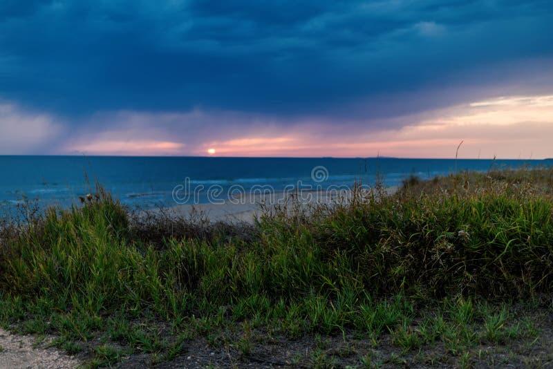 De kust van het Griekse eiland in stormachtig weer Het ` s die op de horizon regenen royalty-vrije stock afbeeldingen