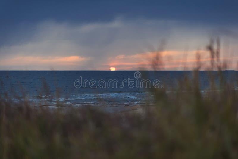 De kust van het Griekse eiland in stormachtig weer Het ` s die op de horizon regenen stock afbeeldingen