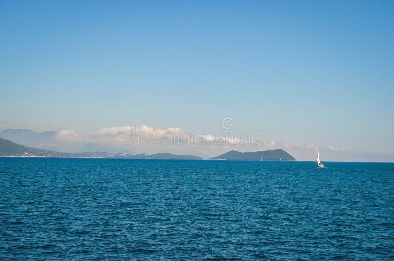 De kust van Korfu, Griekenland in het seizoen van de de zomertijd stock fotografie