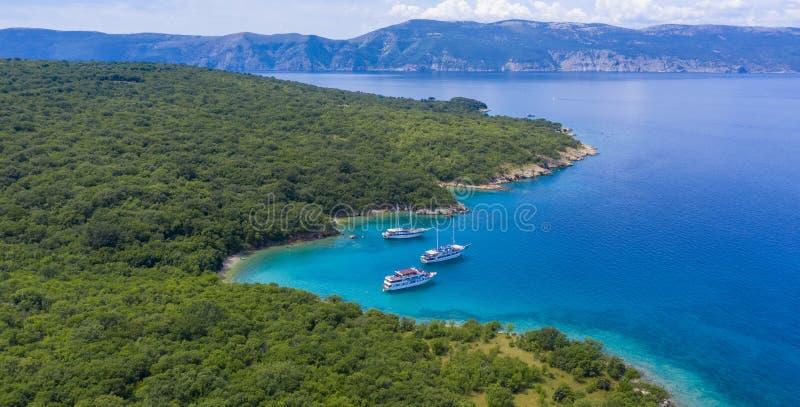 De kust van Kroatië met strand en boot stock foto's