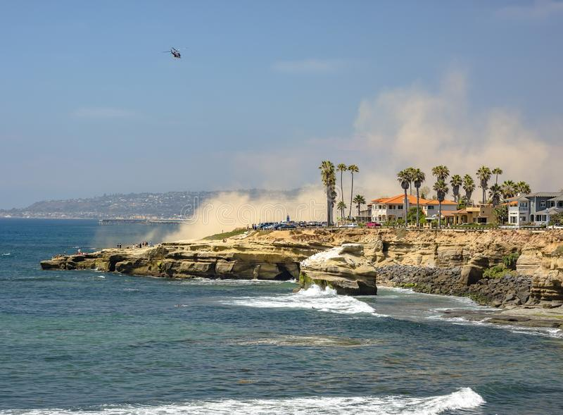 De kust van La Jolla met een helikopter in de hemel stock foto