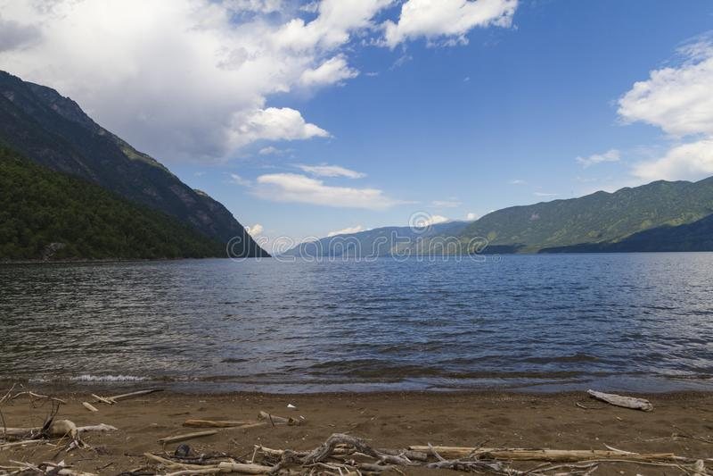 De kust van Meer Teletskoye in Altai royalty-vrije stock fotografie
